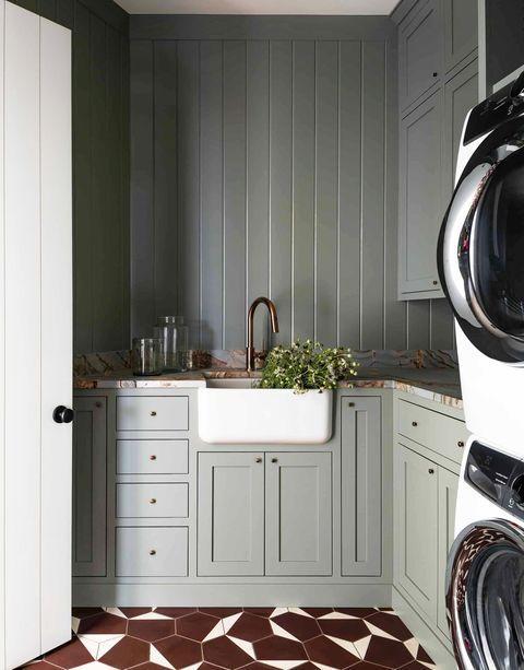 https://hips.hearstapps.com/hmg-prod.s3.amazonaws.com/images/laundry-room-ideas-heidi-caillier-design-luxury-interior-designer-laundry-room-patterned-tile-1612483562.jpg?crop=1xw:1xh;center,top&resize=480:*